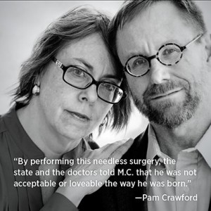 """""""Bu gereksiz ameliyatla doktorlar ve devlet M.C'ye doğduğu şekilde kabul edilebilir ve sevilebilir olmadığı mesajını verdi"""" - Pam Crawford (M.C'nin annesi)"""